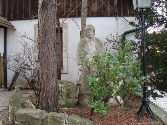 Steinplastik einer Weinbäuerin mit Leiterwagen neben einem Tisch (rechts vor der Einfahrt zum '3 Kugel Schachinger Heurigen', Sieveringer Strasse 99, 1190 Wien)
