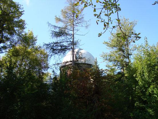 Teleskopkuppel in einem Nebengebäuder der Universitätssternwarte Wien im Sternwartepark. Die Geschichte der Astronomie in der Stadt Wien reicht bis ins 14. Jahrhundert zurück.