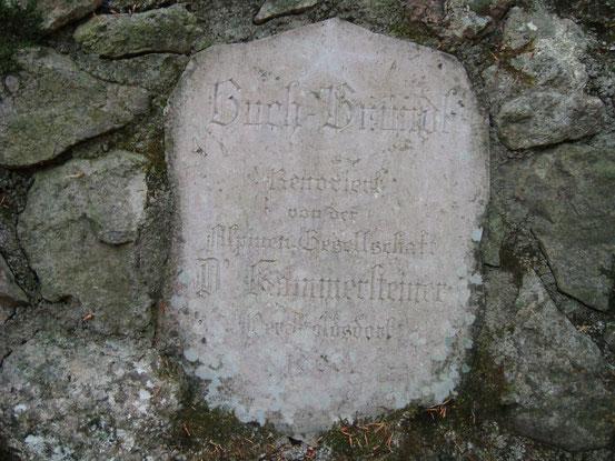 Steintafel-Inschrift: Buch-Bründl. Renoviert von der Alpinen Gesellschaft D'Kammersteiner. Perchtoldsdorf 1900. (Das Buch-Bründl ist eine kleine Quelle, von der die Teufelsteinhütte bis in die 1960er Jahre Trinkwasser bezog)
