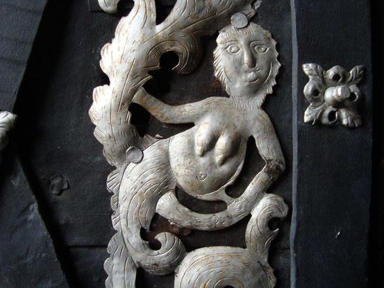Detail vom Metallbeschlag an den Türflügeln der Lichtentaler Pfarrkirche. Damals gab's noch keinen Dr. Worseg für eine Brustvergrösserung.