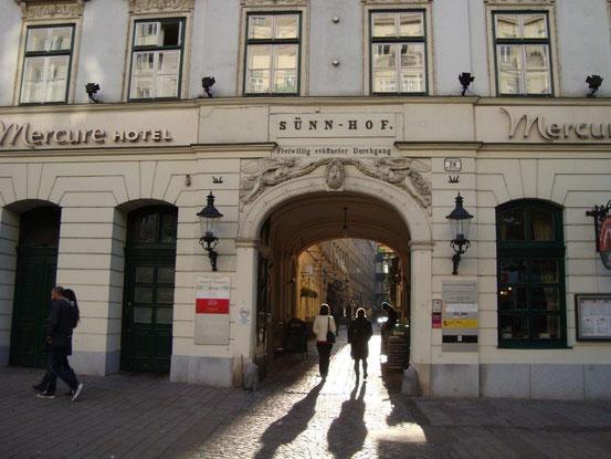 Der Sünn-Hof, 1030 Wien, Landstrasser Hauptstrasse 28, ein inmitten der Vorstadt Landstraße befindlicher typischer Biedermeierkomplex