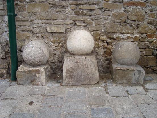 Die 3 Türkenkugeln vor dem Heurigen '3 Kugel Schachinger', Sieveringer Strasse 99, 1190 Wien