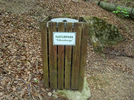 Das ausgedehnte Waldgebiet im Wienerwald, das von Mödling bis zum Südrand von Wien reicht, heisst 'Föhrenberge'. Charakteristisch sind die schirmförmigen Schwarzföhren (Paraplui-Bäume). Zahlreiche Wanderwege durch Föhren- und Buchenwälder (Bildklick)