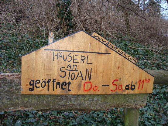 Info-Tafel vom 'Häuserl am Stoan' beim Aufstieg von der Zierleitengasse