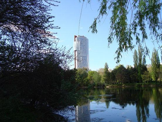 Der 'Florido Tower' vom Floridsdorfer Wasserpark aus gesehen (Bild-Klick)