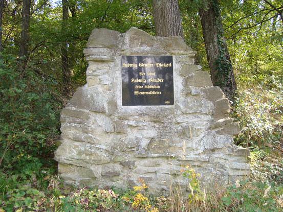 Ludwig-Gruber-Platzerl in Salmannsdorf am Stadtwanderweg 3. Ludwig Gruber ist der Komponist des Wienerliedes 'Mei Muatterl war a Weanerin'.