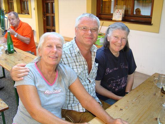Geburtstag von Franzi. Heuriger Hofer in Wien-Mauer (08.07.2013) Von links: Gitta, Franzi, Christine