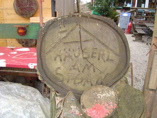 Holzinschrift vor dem Eingang zum 'Häuserl am Stoan'