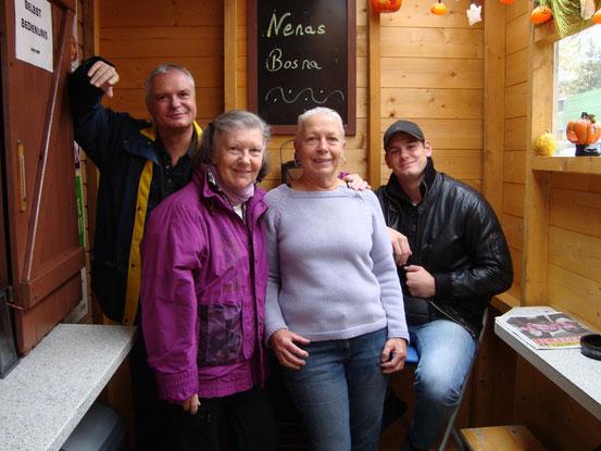 Im 'Altwiener Würstelstand' vor dem Abmarsch zum Ganslessen in der 'Dorfschenke Neustift'. Von links: Franzi, Christine, Gitta, Daniel (30.10.2014)