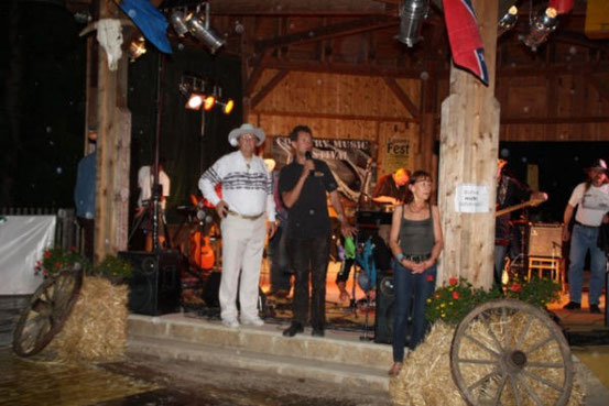 Walter Nevada (links in Weiss) als Moderator beim Countrymusic-Festival in Bad Traunstein (Foto: Bad Traunstein)