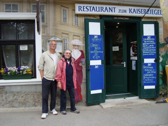 Franzi und Christine vor dem Restaurant 'Kaiserziegel', 2391 Kaltenleutgeben, Hauptstrasse 128