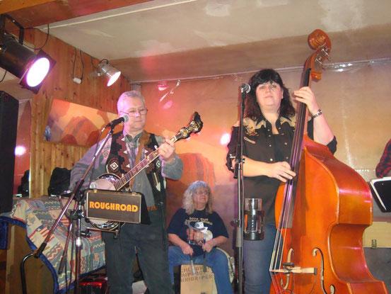 Herbie (Banjo, Akkordeon, voc.), Eliza (Cajon, Bodhran, Spoons, Djembe u.a.), Sissi (Kontrabass, E-Bass, voc.)