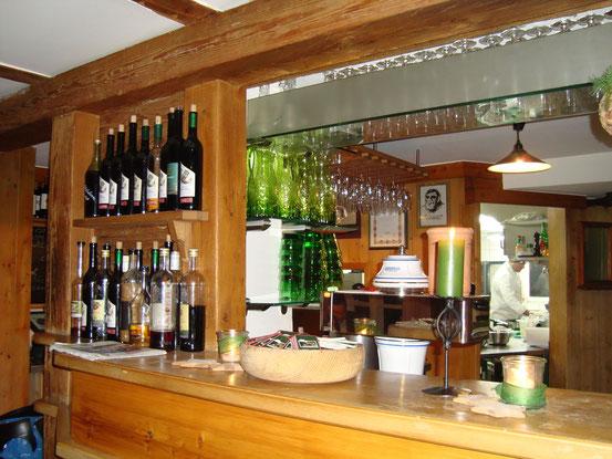 Die Schank im 'Steirerstöckl', hinten die Küche