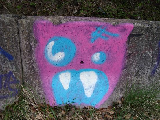 Die Graffiti-Galerie setzt sich an der Strasse fort
