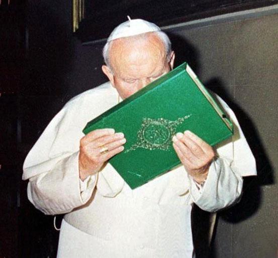 Unterwürfigkeit beim Abküssen des Korans durch Papst Johannes Paul II. (1920 – 2005). Diese Linie wird künftig und am Ende zur Dominanz des Islams in Europa und zum Untergang der Kirche selbst führen. (Text: Helmut Zott)