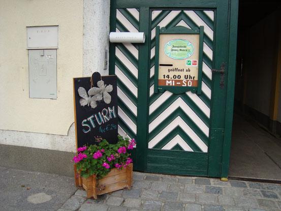 Am 25.10.2015 spazierte ich die Stammersdorfer Strasse entlang und kehrte im Weinhof Reichl auf 1/4 Sturm (€ 2,40) ein.
