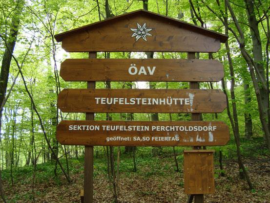Die Teufelsteinhütte liegt im Wienerwald auf 547 m Höhe. Sie hat ihren ursprünglichen Charakter als Schutzhütte, als Stützpunkt für Bergsteiger und Kletterer bewahrt (Bildklick)