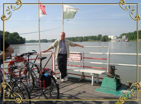 Die Rollfähre unterwegs am Fluss. Rechts im Hintergrund die Werft Korneuburg.