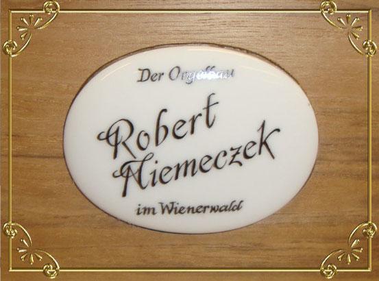 Das Logo von 'Orgelbau im Wienerwald' auf der Drehorgel