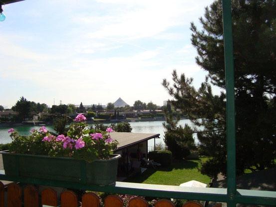 Blick auf den Badeteich von der Terrasse des Gasthauses 'Seeblick', 1220 Wien, Campingplatzweg 516