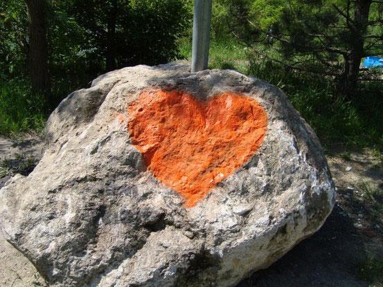 Stein mit Herz beim Steinbruchsee in Kaltenleutgeben