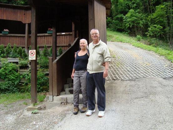 Am Weg zum Restaurant 'Kaiserziegel' kamen wir auch am 'Sandhof' in der Promenadegasse von Kaltenleutgeben vorbei. Gitta und Franzi vor dem überdachten Aufgang.