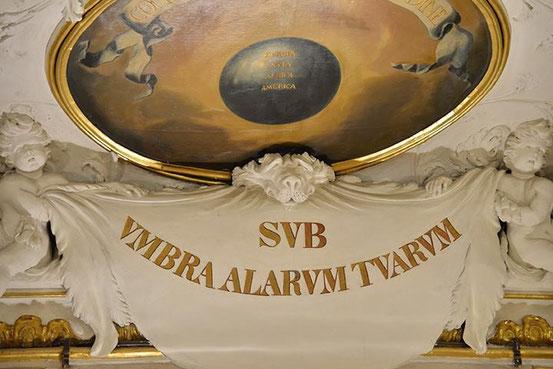 Unter dem Schatten deiner Flügel. Bibelspruch im Barocksaal des Alten Rathauses (Bild: Bank Austria). Website Altes Rathaus: Klick aufs Bild