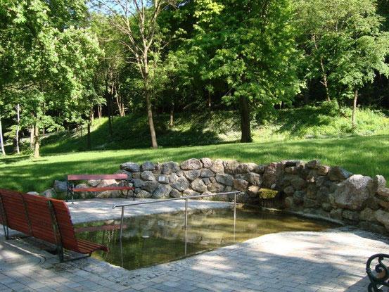 Das Kneipp-Becken im Park mit der gefassten Quelle