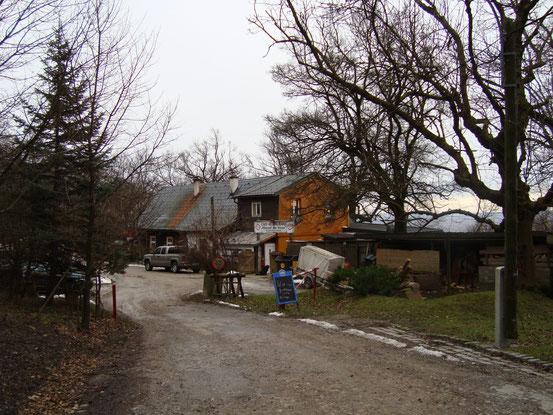 Das 'Häuserl am Stoan' (West-Nord-Ansicht) mit Zufahrt von der Höhenstrasse