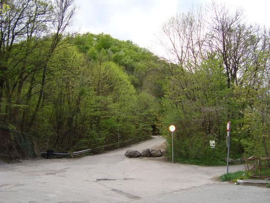 Mitte: Asphaltstrasse hinauf zum Steinbruchsee