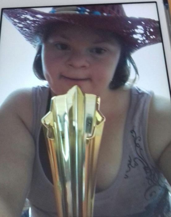 Cathi vom Verein 'Ich bin O.K.' mit dem Pokal. Sie war unser 'Special Guest' und hat ein fulminantes Solo hingelegt. (Foto: Helga Sedhoum)