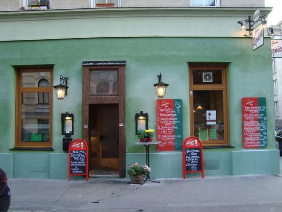 Gasthaus 'Zum Reznicek', 1090 Wien, Reznicekgasse 10. Verströmt den Charme der Fünfzigerjahre. Berühmt für sein Martinigansl. Am 23.10.2015 war ich dort, unser Ganslessen zu reservieren.