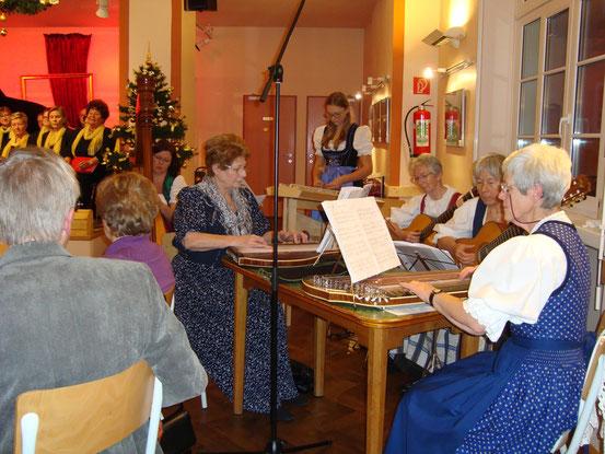 Die 'Wienerberger Saitenmusi': 2 Zithern, 2 Gitarren, 1 Harfe, 1 Hackbrett. Die 6 Ladies konzertieren mit alpenländischen Weisen in bestem Zusammenspiel und höchstem Wohlklang.