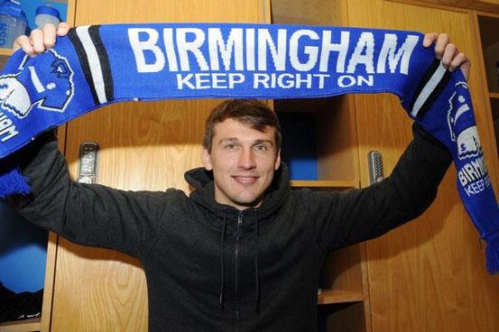 Robert Tesche mit einem Schal von Birmingham City