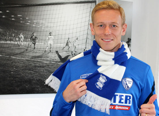 Mikael Forssell wearing the jersey of VfL Bochum an a scarf of BirminghamCity