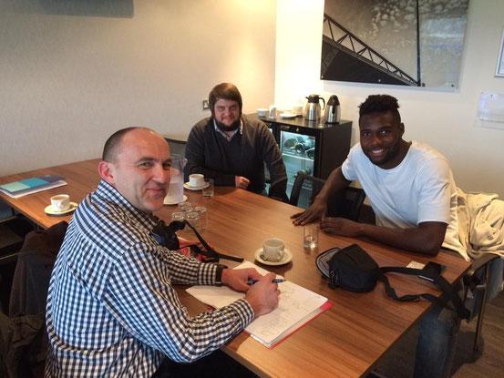 Tom Kleine und Russell Poyner beim Interview mit Emmanuel Mbende.