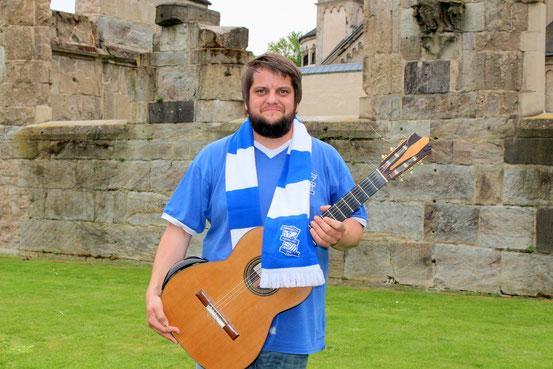 Russell Poyner mit Birmingham-Trikot und Gitarre in Koblenz