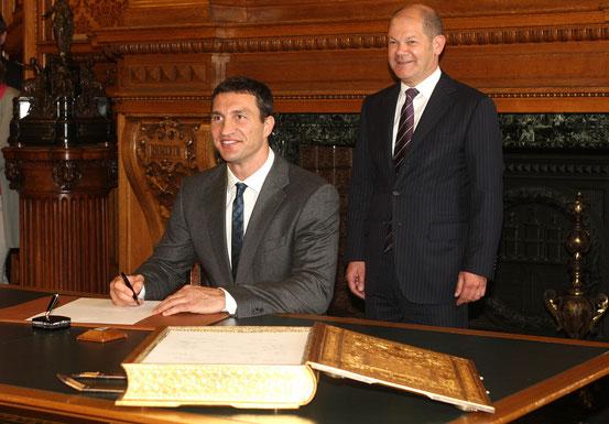 (v.l.) Wladimir Klitschko und Olaf Scholz.