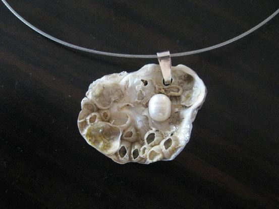Kettenanhänger aus einem Muschelbruchstück mit Süßwasserperle