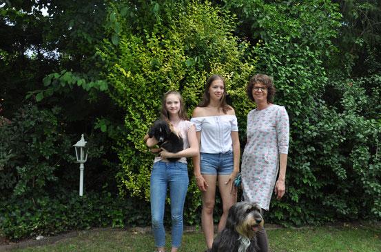 Umia mit ihrer neuen Familie