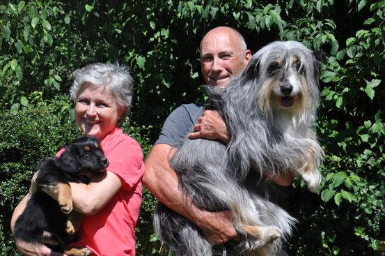 Ubaya mit ihrer neuen Familie: Renate, Michael und Hund Nele