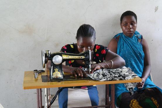 Erwachsenenbildung in Pangani - mit Nähen können die Frauen Geld für die Familie verdienen - alte Nähmaschinen sind wg. knapper Stromversorgung gesucht