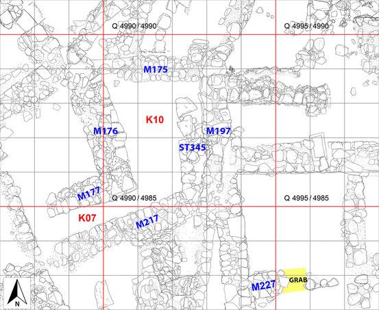 Steinplan der Kammern K10 und K07 mit Lage des Kindergrabes in Mauer M227.