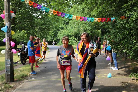 Langlauflegende Sigrid Eichner (links) kam, begleitet von Anke Czerwonka, mit Tibet-Flagge ins Ziel. Foto: Stefanie Geiler