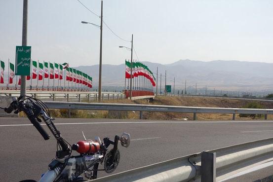 イランは道路がよく整備されてます。路肩も広く走りやすい!