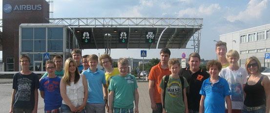 Die Sommerferien-Kids vom Landkreis vor dem Airbus Werk in Hamburg-Finkenwerder