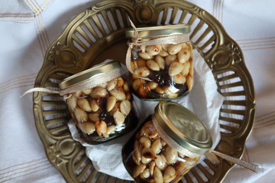 Eingelegte Mandeln mit Rosinen: Mandeln in Rum-Honig
