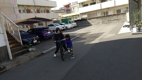 自転車に乗りたがる弟の写真