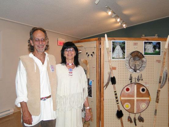 Luc et Linda devant un présentoir