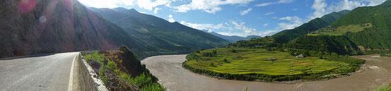 Ideales Radlerterrain: Beinahe verkehrsfreie flache Strasse dem Mekong entlang.